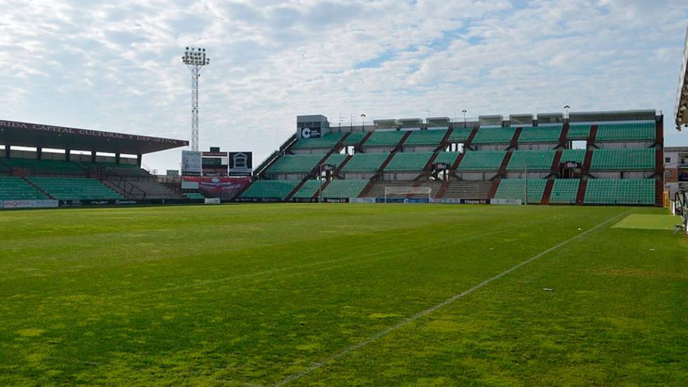 Una de las gradas del campo de fútbol de Mérida (IMAGEN: AD Mérida)
