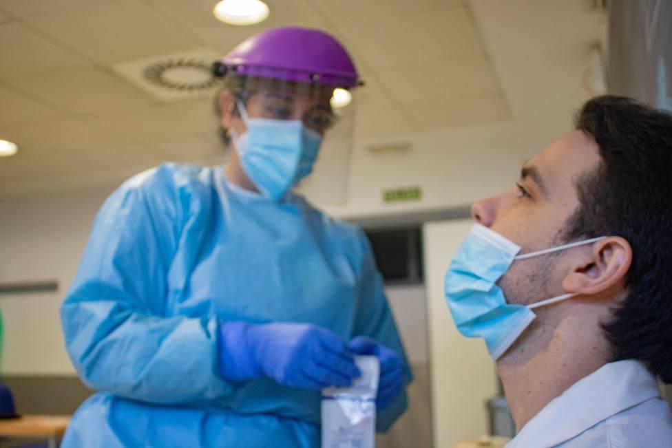 Foto de archivo de una sanitaria haciendo pruebas PCR - FOTO: Europa Press