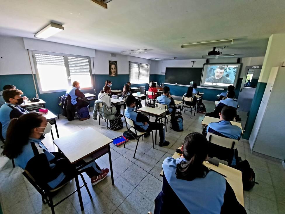 Alumnos del colegio María Inmaculada siguen la conferencia de Francisco Narla