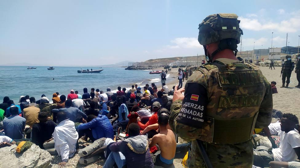 Pedro Sánchez aterriza en Ceuta en plena crisis migratoria