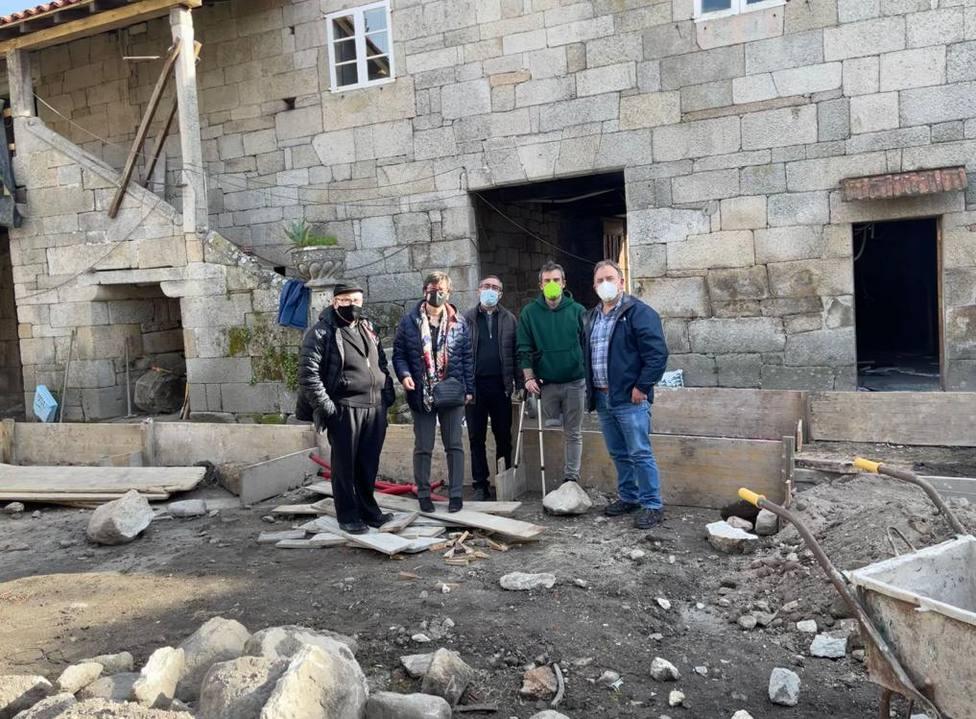Elvira Lama durante la visita a las obras de la casa rectoral de Xinzo