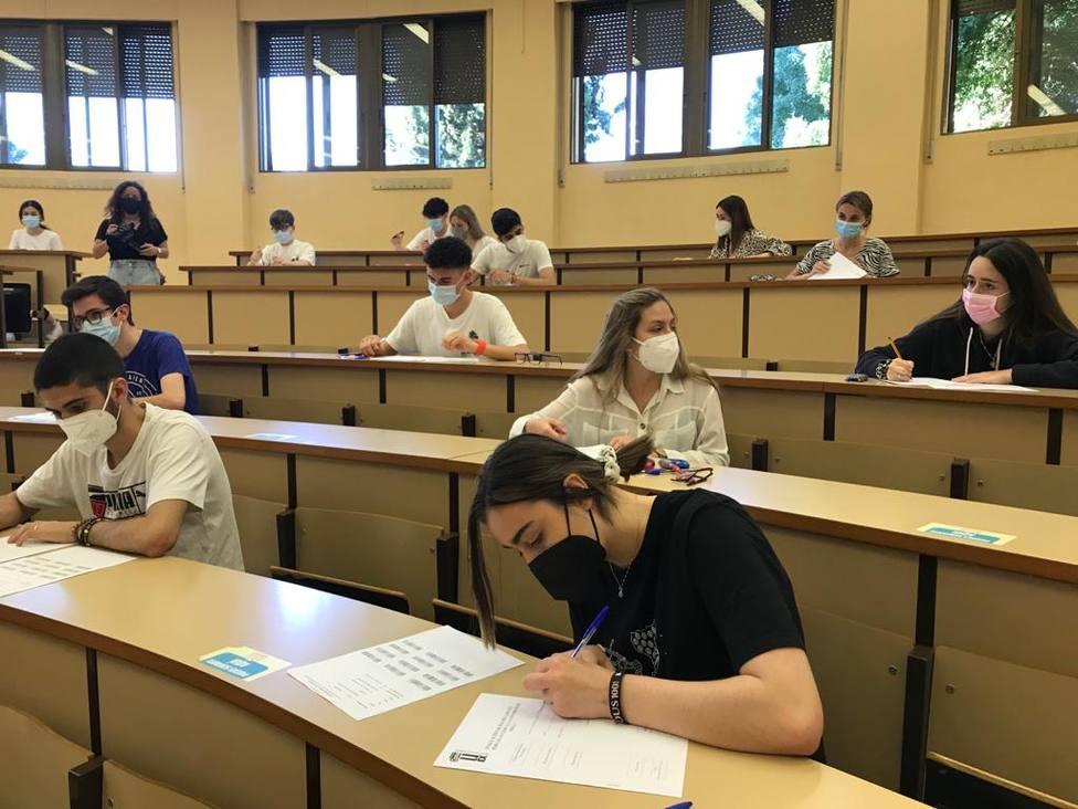 Alumnos realizando la EBAU