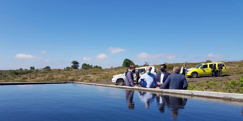 El alcalde de Laza y el delegado de la Xunta en la visita al punto de carga de Alberguería
