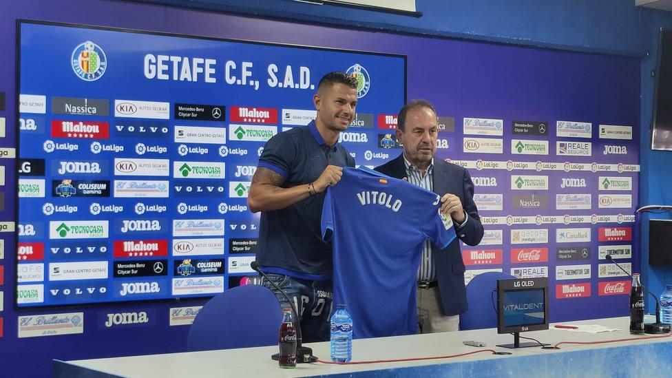 Vitolo, junto a Ángel Torres, durante su presentación como jugador del Getafe