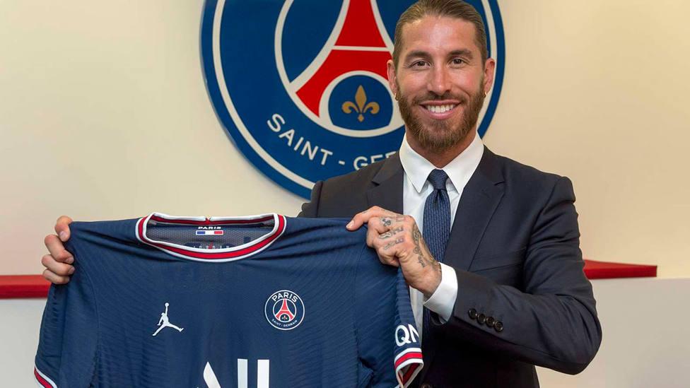 Sergio Ramos posa con la camiseta del Paris Saint-Germain (FOTO: PSG)