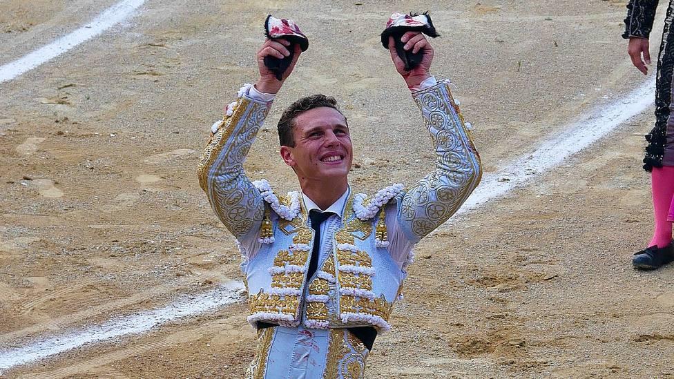 Adrien Salenc con las dos orejas cortadas este viernes en Bayona (Francia)