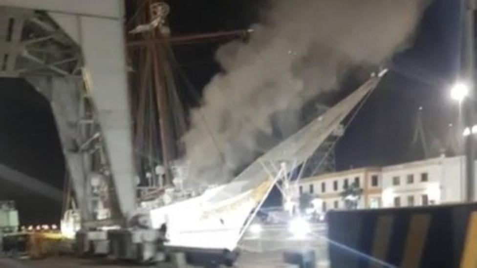 Columna de humo en el Juan Sebastián de Elcano