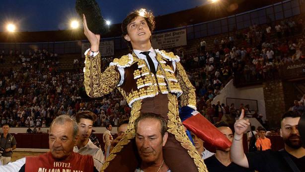 Andrés Roca Rey en su salida a hombros este lunes en Colmenar Viejo