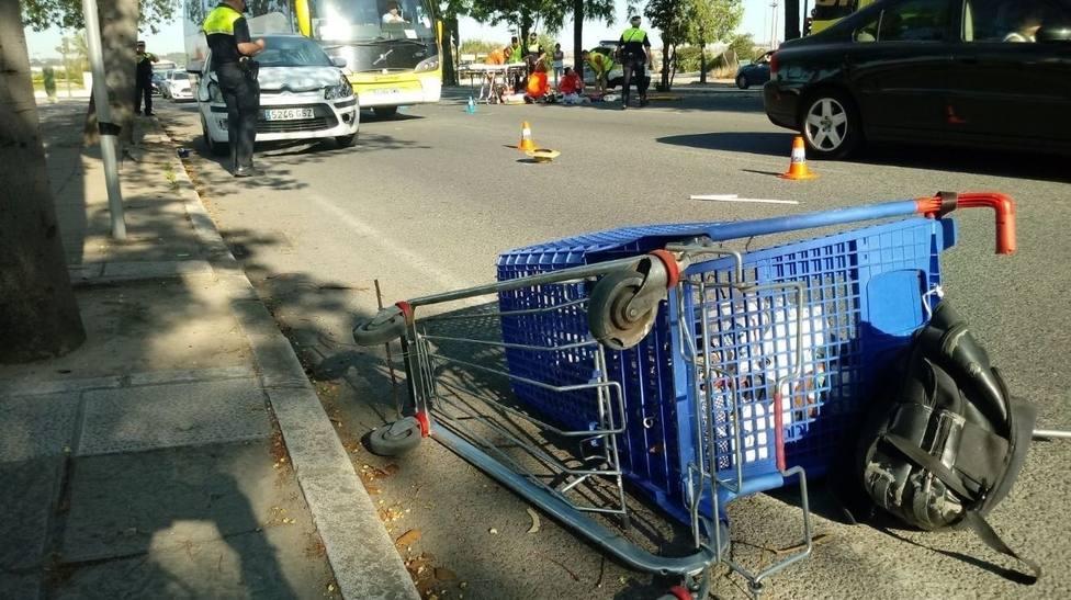 Un carrito de supermercado volcado