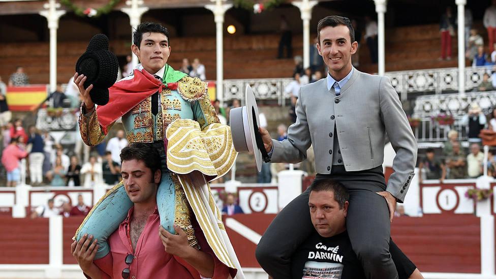 Isaac Fonseca en su salida a hombros en Gijón junto al mayoral del hierro de Zacarías Moreno