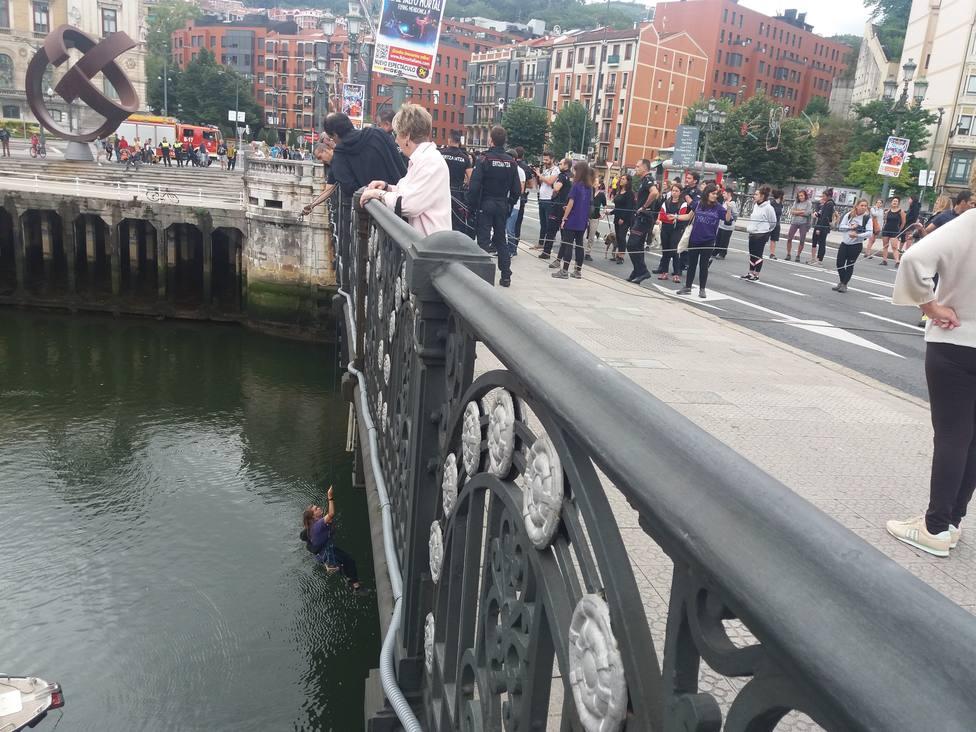 Imputan por desórdenes públicos a 20 feministas por cortar al tráfico el puente del Ayuntamiento en Bilbao