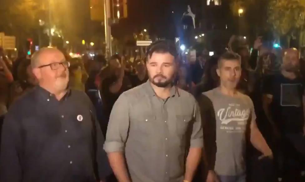 """Tremendo abucheo a Rufián, expulsado de la manifestación de Barcelona al grito de """"traidor"""""""