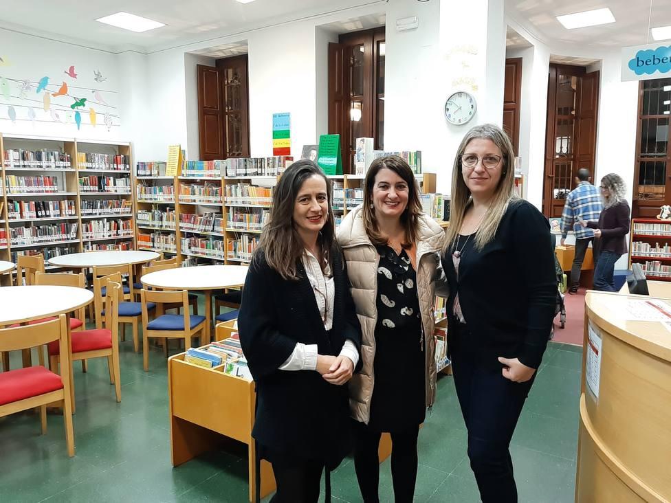 La concejala de cultura visita una de las bibliotecas.