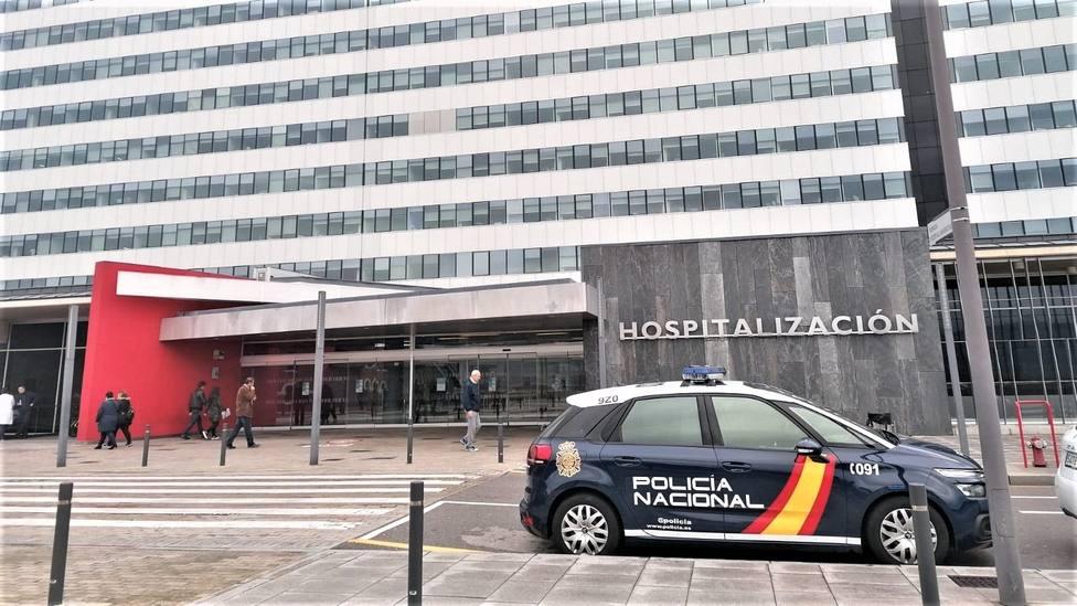 Patrulla de Policía frente al HUCA
