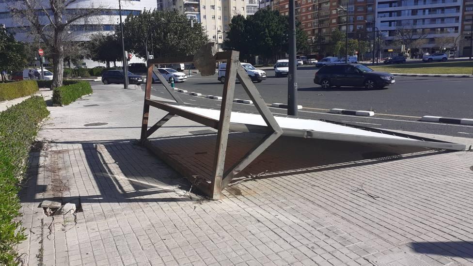 Cartel caído por el viento en Valencia