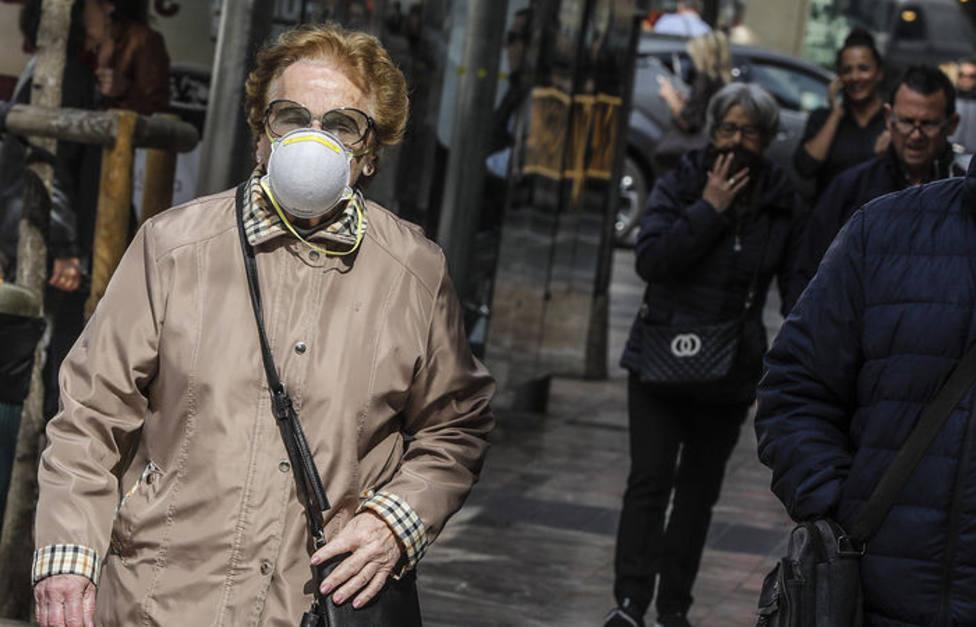 los valencianos se protegen del coronavirus tras la suspensión de las Fallas
