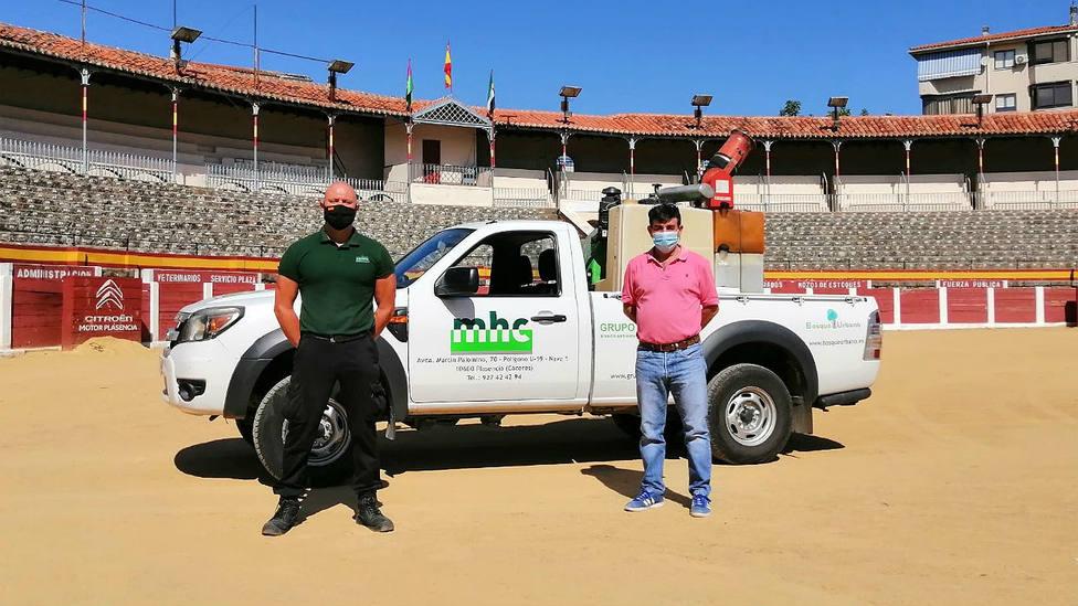 Carmelo García y un miembro de la Guardia Civil en la plaza de toros de Plasencia