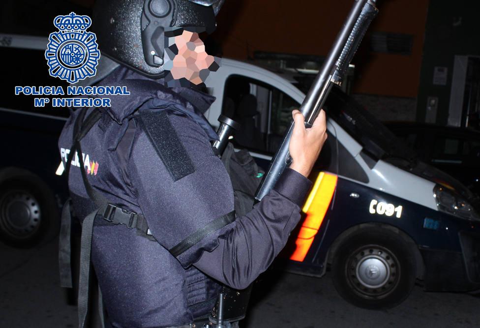 Sancionan en Almería a 12 personas por consumir alcohol sin distancias ni mascarillas en un bar de madrugada