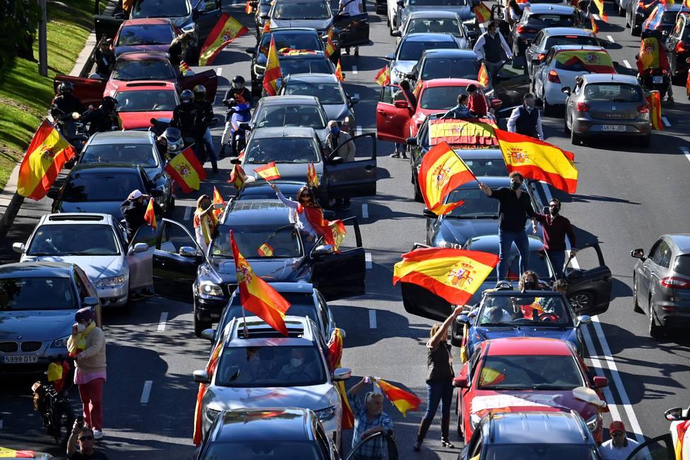 Cientos de coches marchan en Madrid con VOX contra el estado de alarma