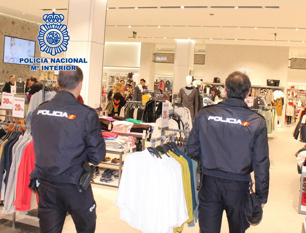 Detenidos en Almería por utilizar a sus hijos de 4 y 13 años para robar ropa en un centro comercial