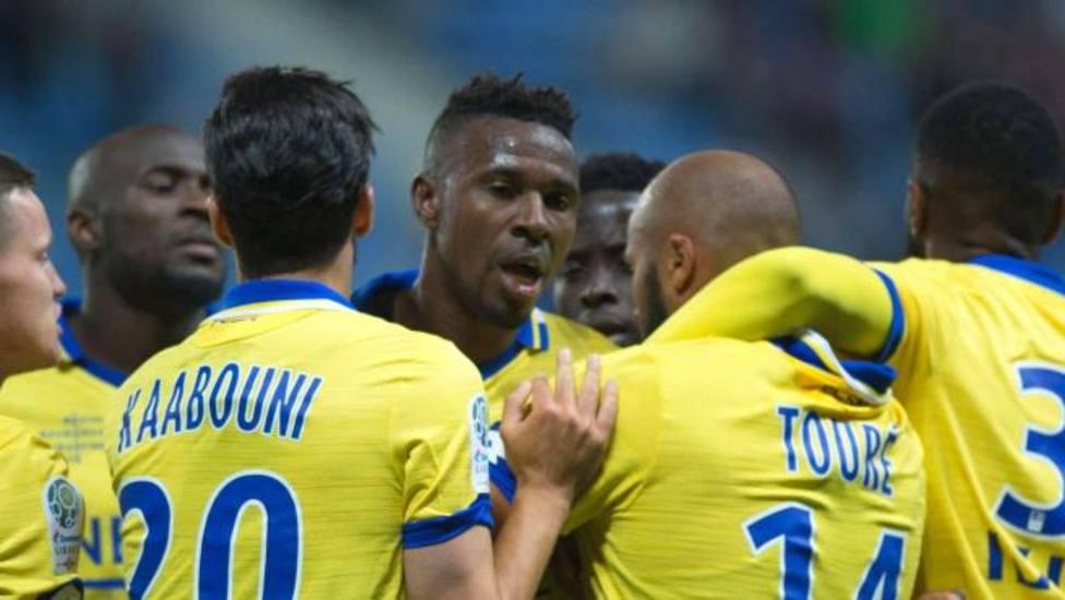 Un futbolista muerde la mejilla del portero rival en la segunda divisón francesa