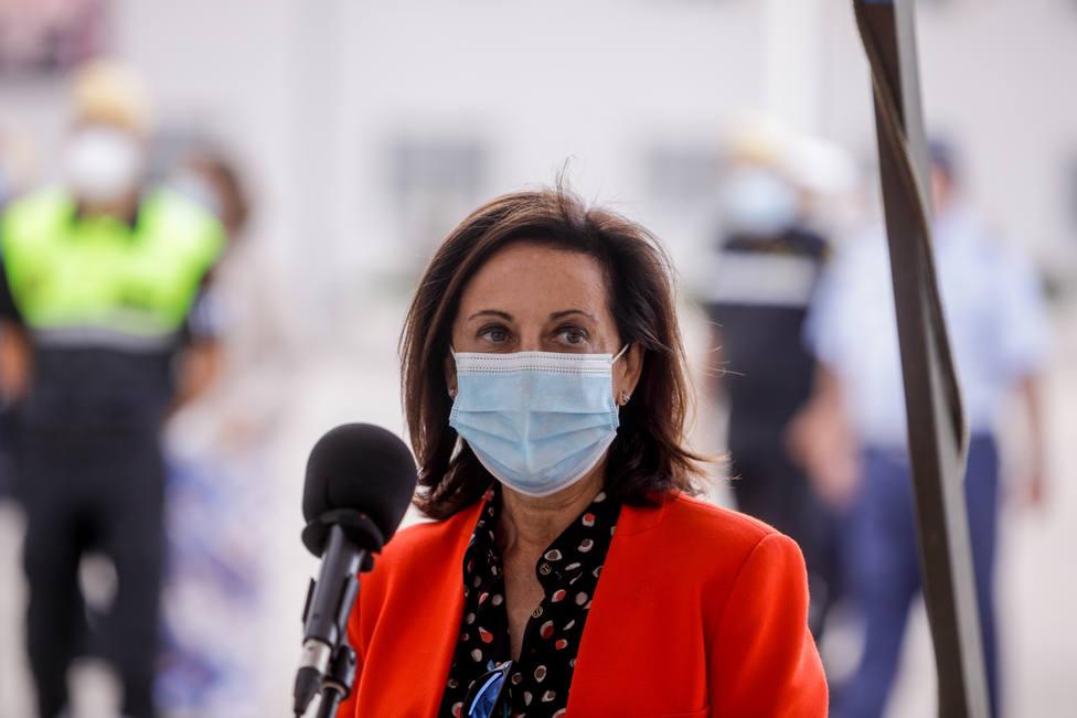 La ministra de Defensa supervisa las labores de desinfección del Ejército en un centro de mayores de Madrid