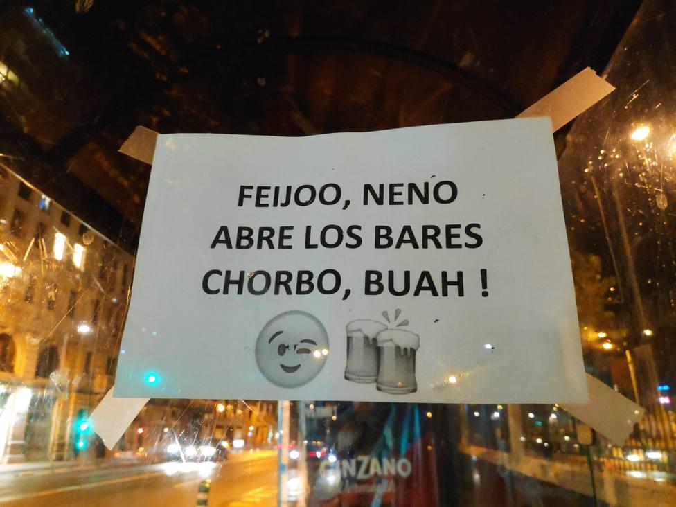 Cartel en la parada de A Palloza alusivo al cierre de bares