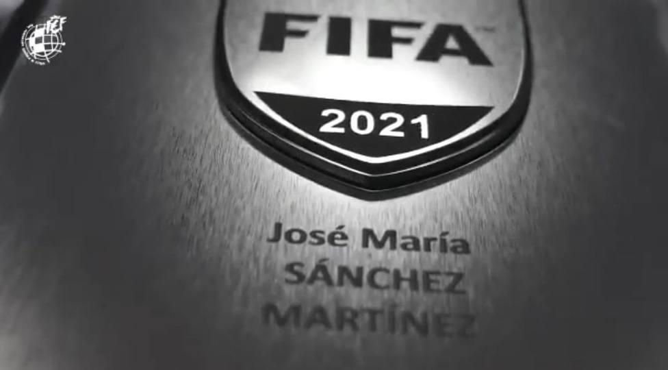 José María Sánchez Martínez renueva su escarapela de árbitro FIFA