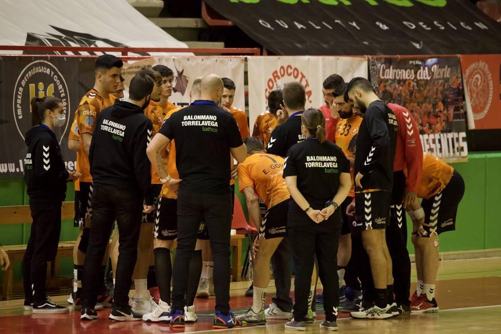 La plantilla del Bathco BM. Torrelavega escucha atentamente las indicaciones del entrenador Álex Mozas