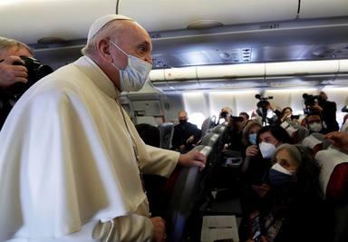 El Papa señala ante los periodistas en el avión la obligación de visitar la tierra martirizada de Irak