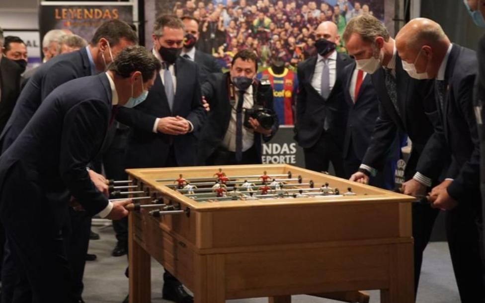 El Rey Felipe VI comparte partida de futbolín con Sánchez y Juanma Moreno antes de la final de Copa