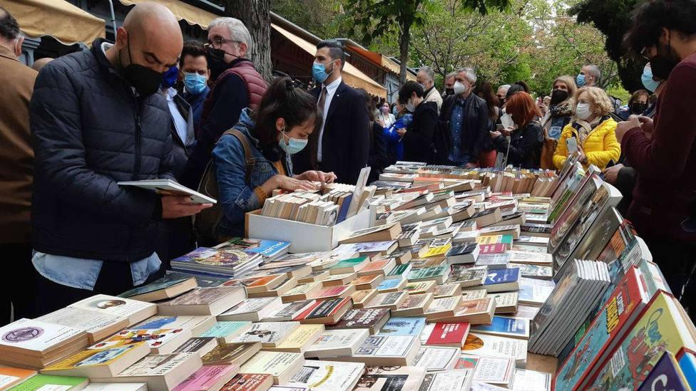 Un Sant Jordi a la madrileña con libros y claveles