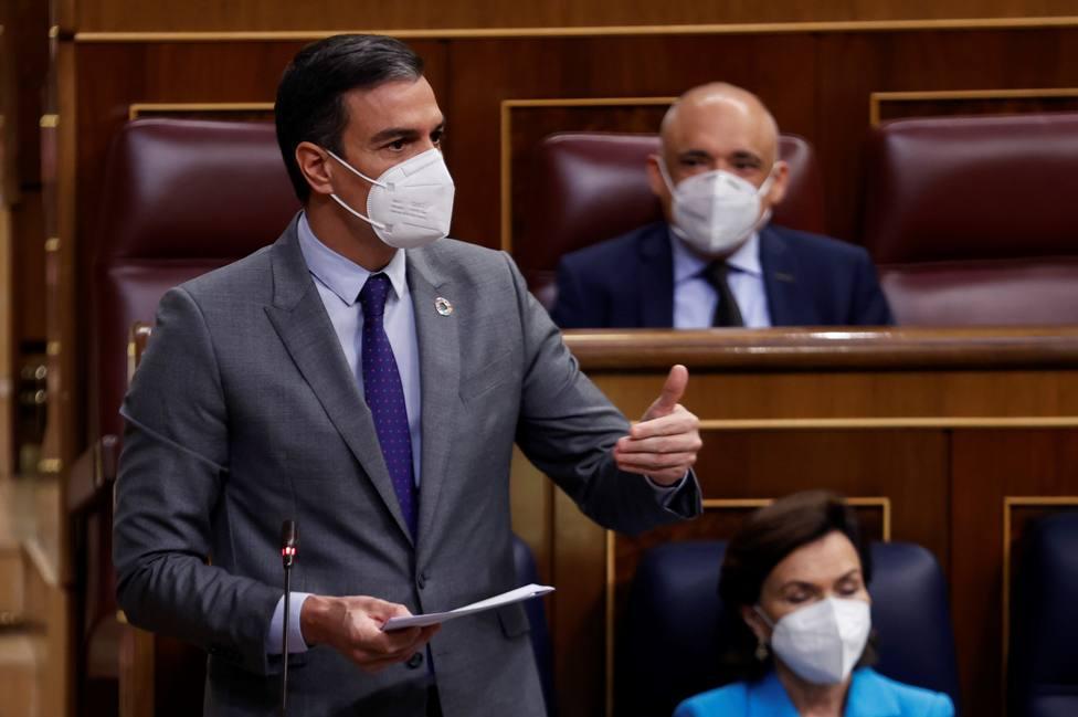 Sánchez exhibe el éxito en la vacunación ante las urgencias de Casado tras el 4M