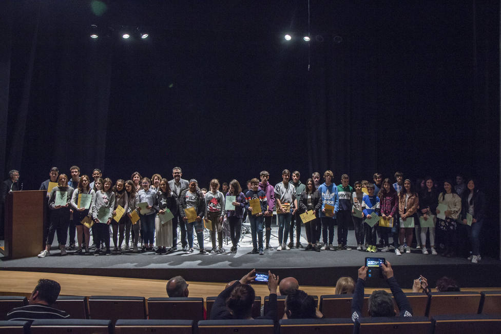 El escritor Xosé Carlos Caneiro rodeado de los alumnos ganadores en la Gala de 2019, la última celebrada en el