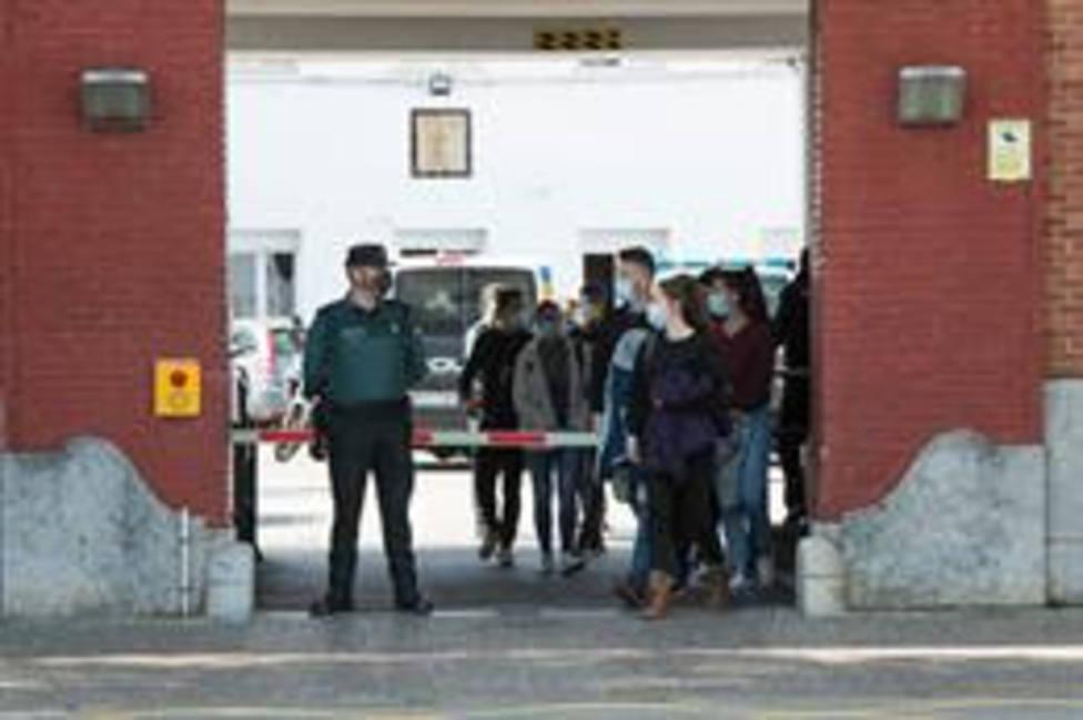 Agentes de Policía y Guardia Civil salen de la Comandancia de Girona tras recibir la vacuna de Moderna