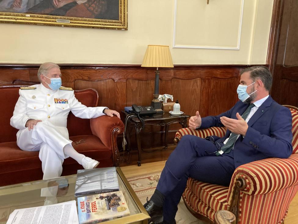 Ángel Mato recibió al nuevo Almirante Jefe del Arsenal, Ignacio Frutos. FOTO: Concello Ferrol