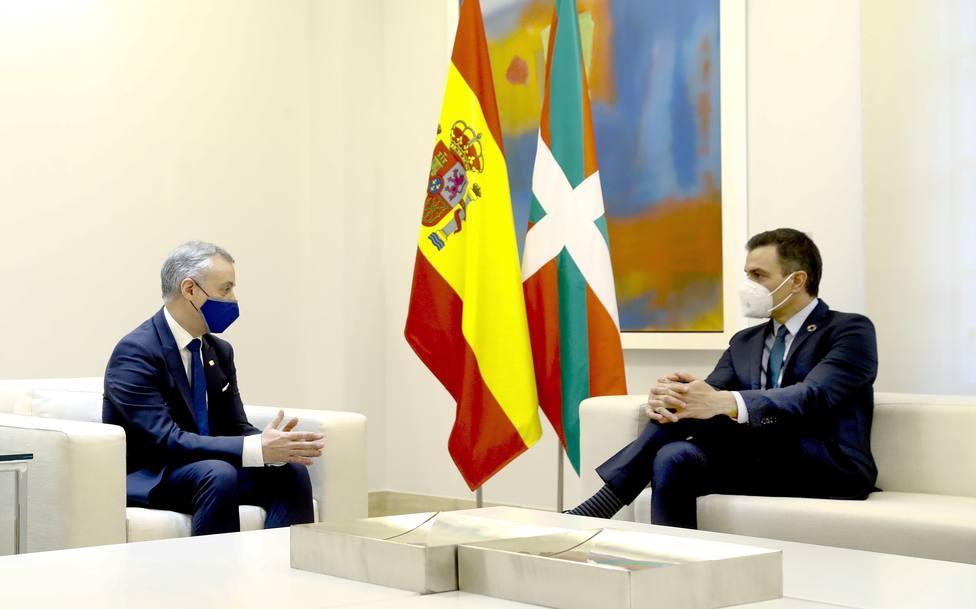 Sánchez concede a Urkullu la gestión de nuevos tributos para sumarlo a la Cumbre de Presidentes