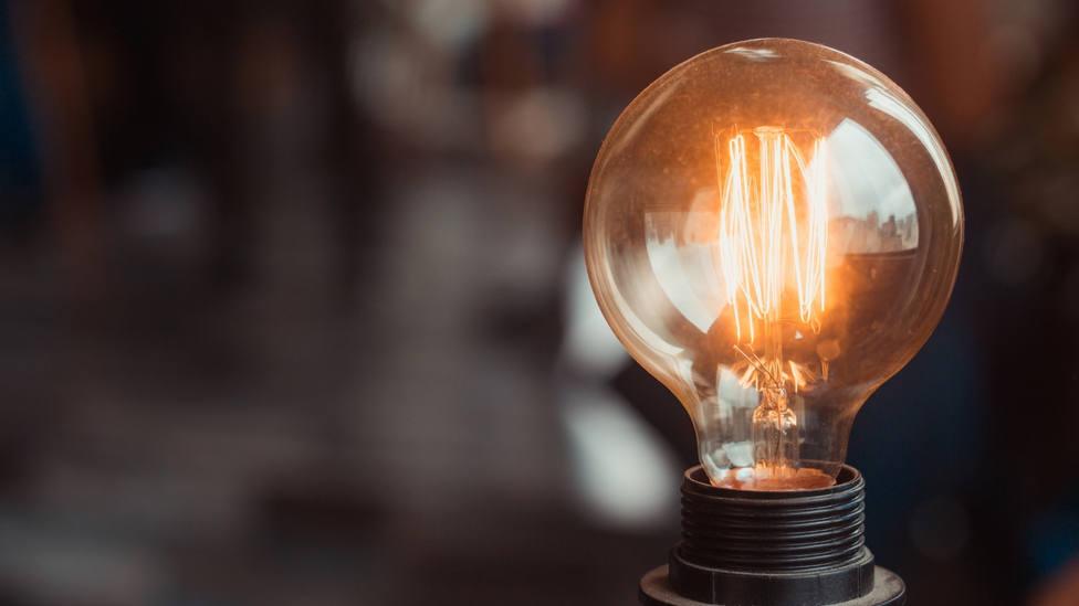 El precio de la luz pisa el freno y se pagará mañana a 166,29 euros por megavatio hora