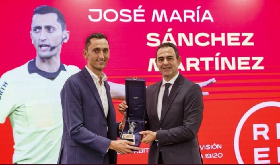 El colegiado lorquino Sánchez Martínez recibió de RFEF distinción como mejor árbitro de LaLiga 19/20.
