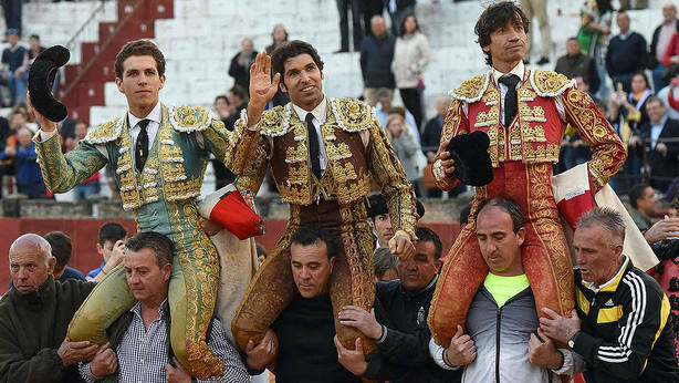 Ginés Marín, Cayetano y Curro Díaz, en su salida a hombros este sábado en Baeza (Jaén)