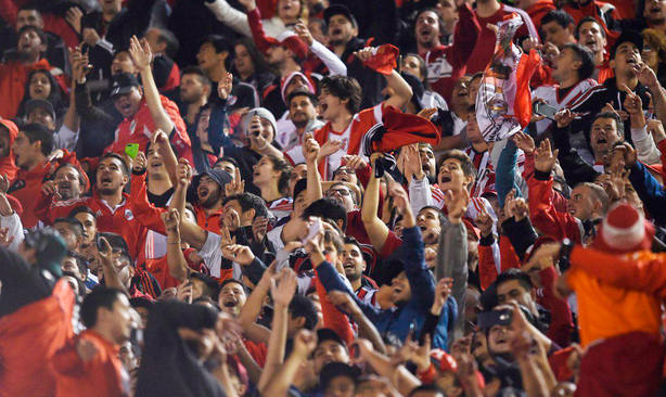 Aficionados de River, durante el partido ante San Lorenzo en el Monumental (@CARPoficial)