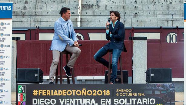 Diego Ventura siendo entrevistado por Manuel Jesús Montes en el ruedo de Las Ventas