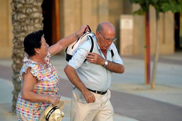Ancianos preparandose para ir de excursion
