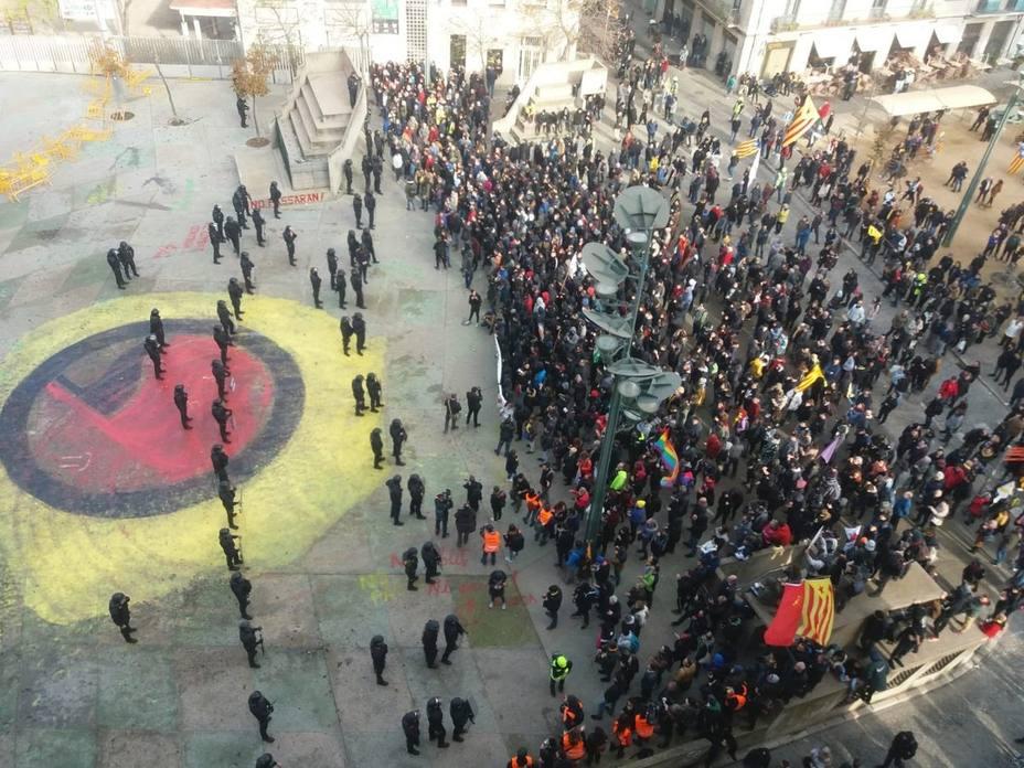 Heridos 15 mossos y 3 activistas en la manifestación por la Constitución en Girona
