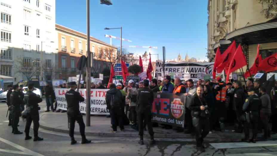 Trabajadores de La Naval, arropados por los taxistas madrileños, se concentran frente al Congreso para exigir el rescate