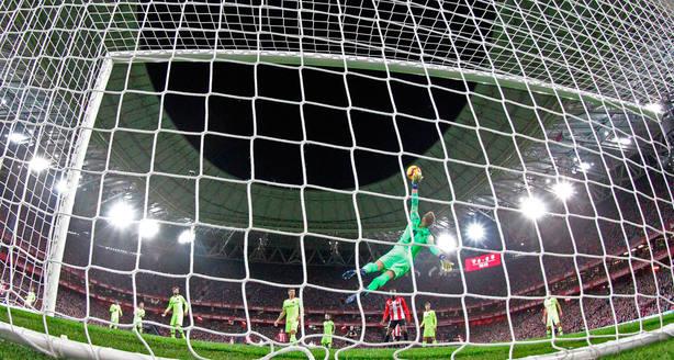 Ter Stegen salva el gol contra el Barça en San Mamés (EFE)