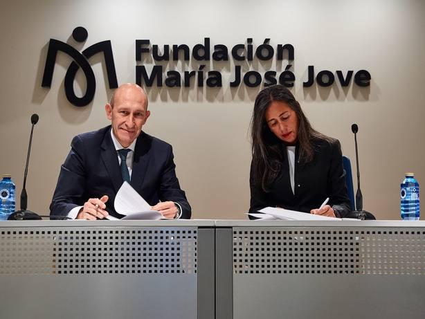 Firma del convenio entre el representante de Ferrolvial y la Fundación María José Jove