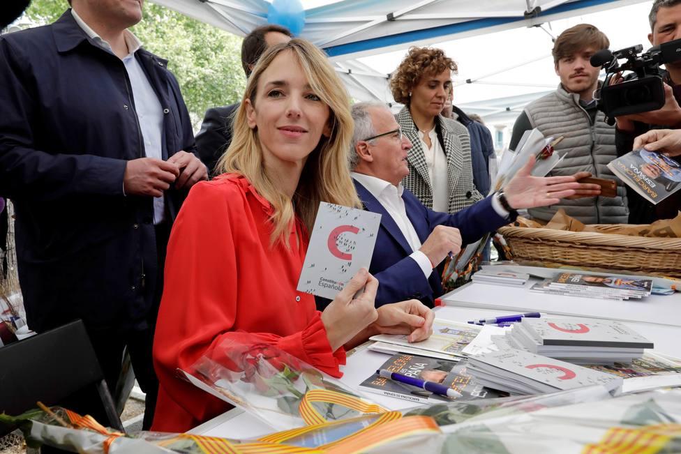 Álvarez de Toledo firma ejemplares de la Constitución en Barcelona por el día de Sant Jordi