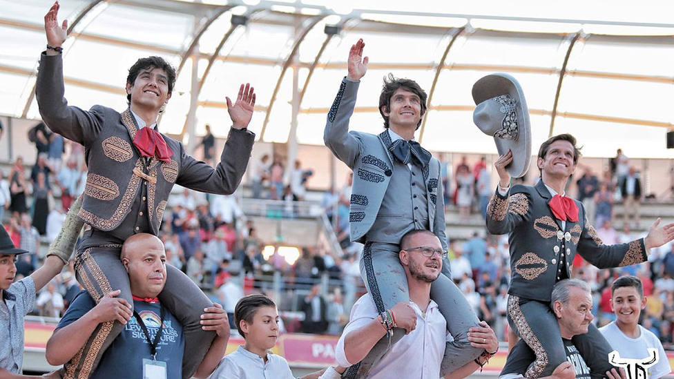 Luis David, Sebastián Castella y El Juli en su salida a hombros este domingo en Istres