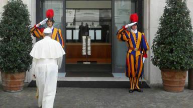 El Papa Francisco vive en Casa Santa Marta con la custodia de dos guardias suizos